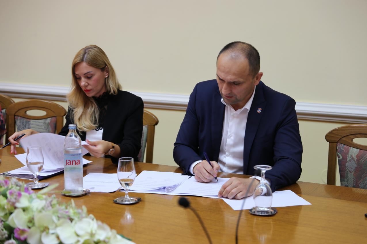 Župan Ivan Anušić potpisao ugovore o dodjeli potpora u ruralnom turizmu za 2019.godinu za 48 korisnika