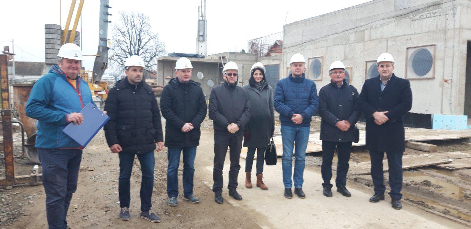 Gradonačelnik sa suradnicima i gostima obišao gradilište dječjeg vrtića u Jelisavcu
