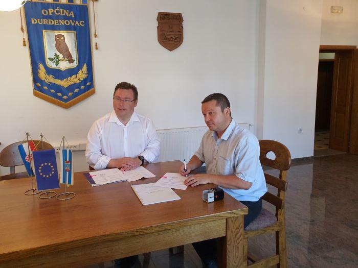 Ministar Pavić i načelnik Topalović potpisali ugovore za pješačke staze